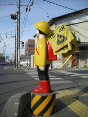 長野県ほかで見られる新設の女子児童タイプの「横断旗人形」