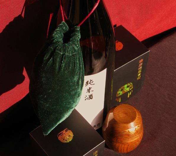 「達磨酒盃★遊」は、どこへでも気軽に持ち運べるように巾着袋が付いています。手首にぶらさげたり、一升瓶にぶらさげたりして持ち運ぶこともできます。また、特注収納箱も付いておりますので、プレゼントなどにも最適です。