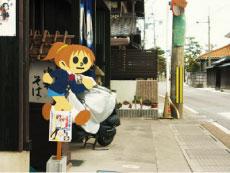 滋賀県犬上郡豊郷町にある豊郷小学校を舞台にした人気アニメ「けいおん」にちなんだ「けいおん風飛び出し女子高生」。けいおんファンの間でも話題になっています