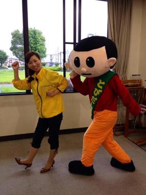東近江スマイルネットのリポーター、鍵和田昌子さんと一緒に飛び出し記念撮影